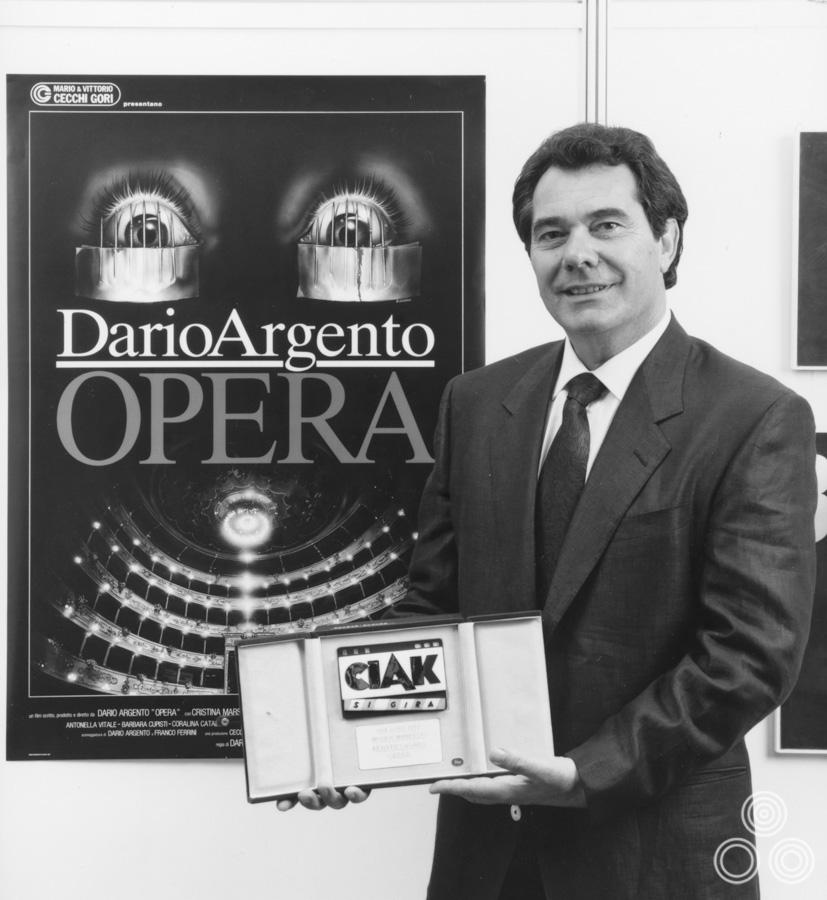 AcceptingAward_Opera_1987_RenatoCasaro