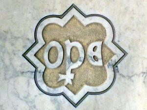 Logo della Fabbriceria Opera Primaziale pisana(O PER AE ) fondata nel 1063,poco prima dell'apertura del cantiere per la costruzione del Duomo,e tutt'oggi attiva.