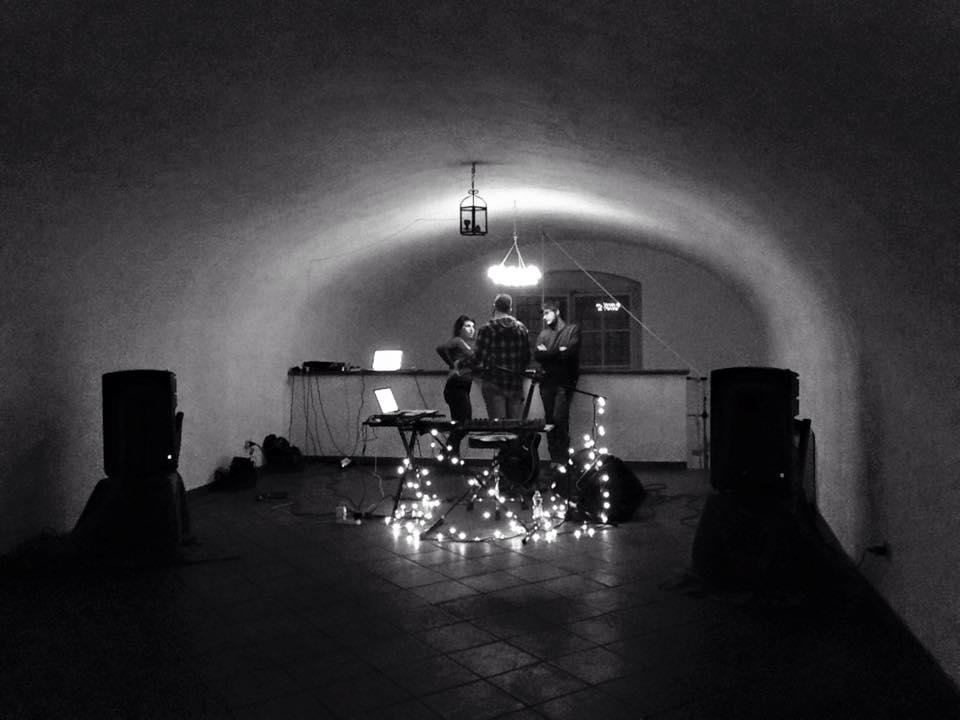 Atmosfera pre concerto. Il salone di Via Pietro Gori