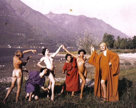 Nudismo e tipici abiti indossati dagli abitanti della comunità.