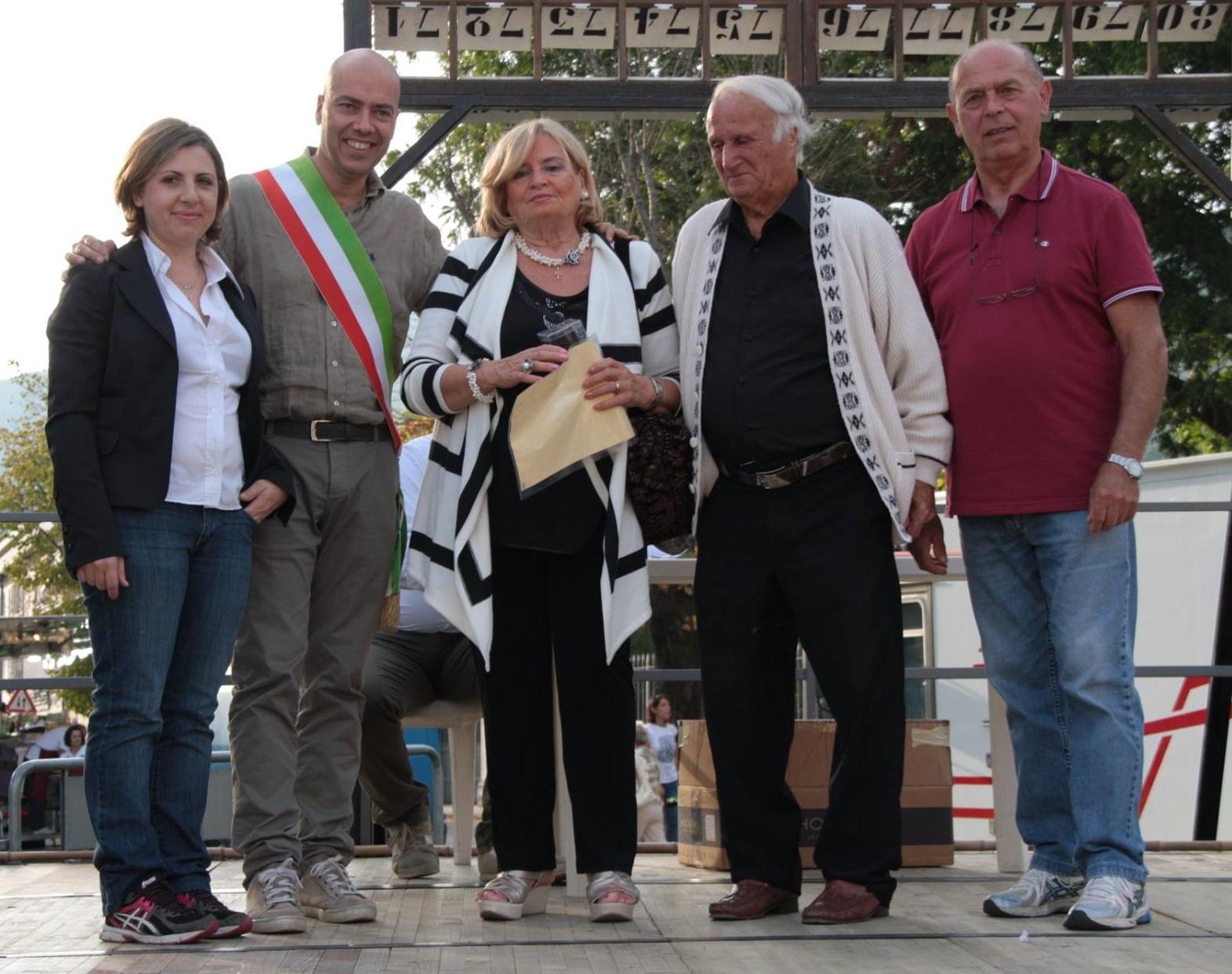 Nella foto: l'assessore al mercatino, Valentina Bertini, il Sindaco Juri Taglioli e ultimo a destra Arturo Morandi, presidente del Comitato durante un'iniziativa organizzata dal Mercatino per i cinquant'anni delle coppie vicaresi.
