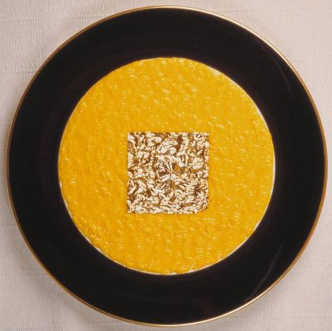 """""""Risotto allo Zafferano con foglia d'oro"""", Gualtiero Marchesi. Questo piatto sembra quasi un quadro contemporaneo, e si può prendere ad esempio del fenomeno per cui il piatto non è solo ciò da cui è composto, ma è un capolavoro composto dalla cura di tutte le sue parti, rispettando un progetto iniziale."""