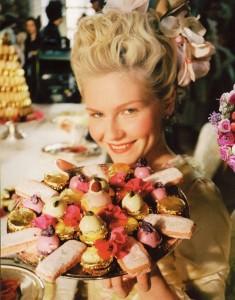 """Kirsten Dunst in """"Maria Antonietta"""" di Sofia Coppola: in quest'immagine è evidente la forte compenetrazione tra i vari elementi della scena, caratteristica che percorre tutto il film."""