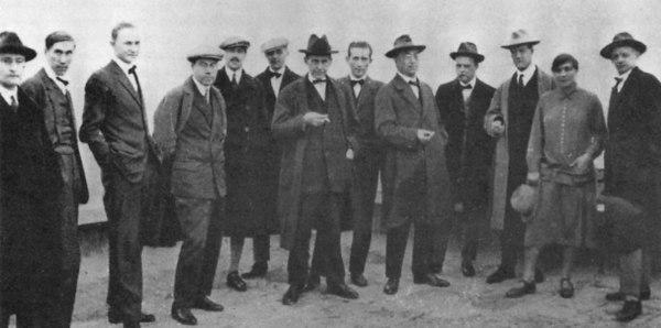 I docenti del Bauhaus. Da sinistra: Josef Albers, Hinnerk Scheper, Georg Muche, László Moholy-Nagy, Herbert Bayer, Joost Schmidt, Walter Gropius, Marcel Breuer, Wassily Kandinsky, Paul Klee, Lyonel Feininger, Gunta Stölzl, Oskar Schlemmer.