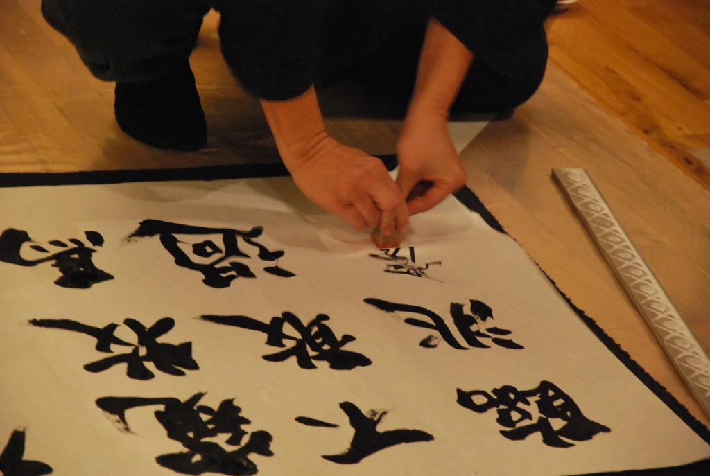 L'importante fase di chiusura dell'opera: l'imprimitura del sigillo del Maestro
