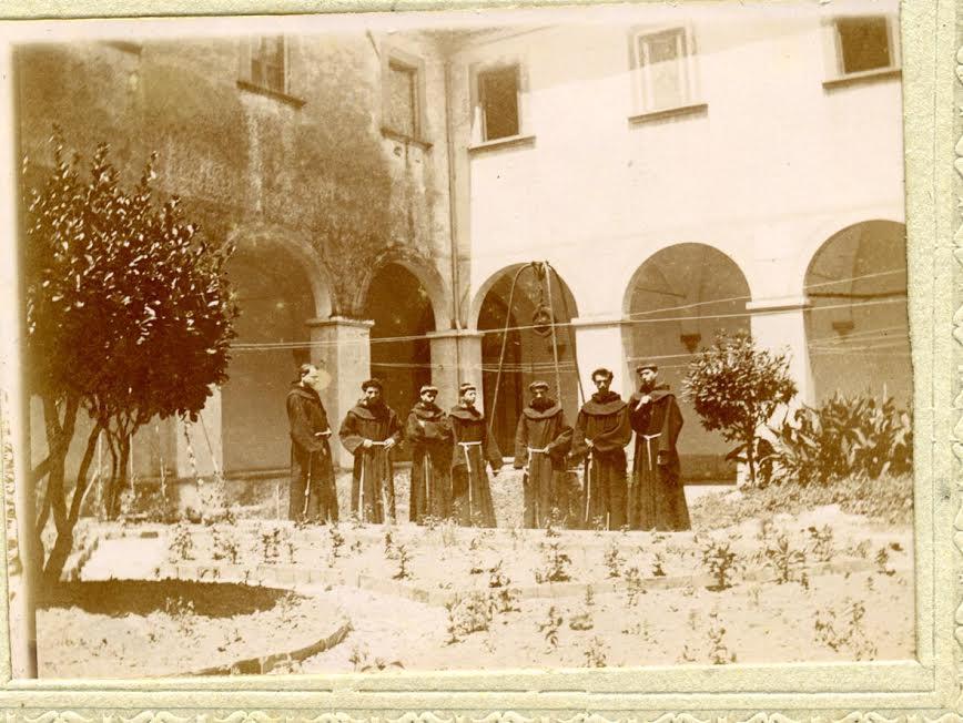 Foto data da Luigi Minghetti - Chiostro Nicosia con frati, camelie piccole e tanti fili tirati da una parte all'altra del chiostro - forse a quei ganci che non ci sappiamo spiegare