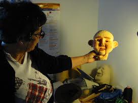 Patrizia Ascione al lavoro per la realizzazione di una marionetta. Su gentile concessione di Stefano Cavallini - Habanera Teatro