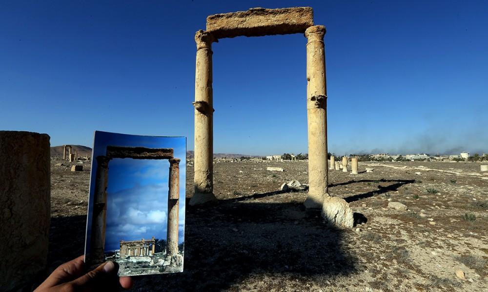 Palmira, i resti del Tempio dedicato alla divinità canaanita Baalshamin, distrutto dai miliziani dell'ISIS nel settembre 2015, visti attraverso due colonne corinzie. Fonte: Panorama.it