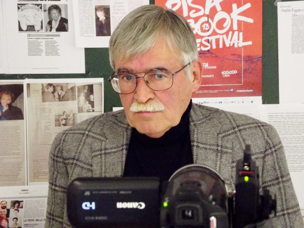 """""""Marco Santagata durante una videointervista nella sala stampa del Pisa Book Festival (foto: Francesco Feola)""""."""