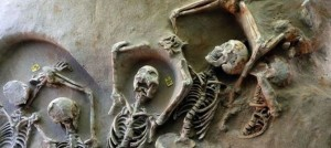 Alcuni degli scheletri trovati dagli archeologi (Dailymail)