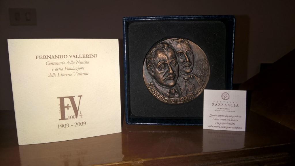 Medaglia bronzea fronteretro coniata in occasione del centenario delle Librerie Vallerini