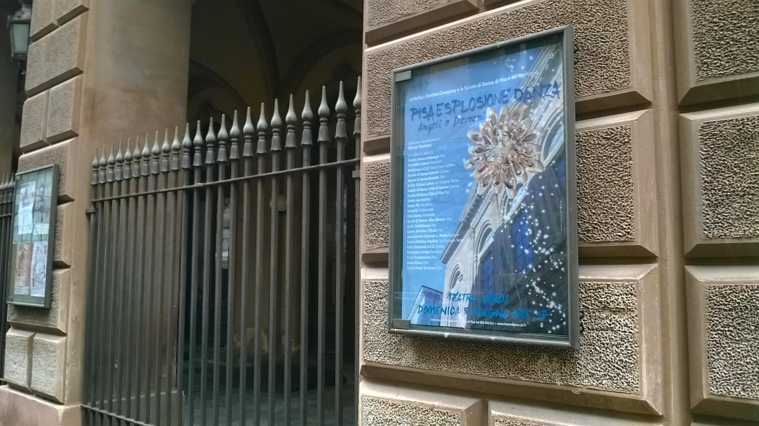 L'ingresso del Verdi con la locandina dell'ultimo spettacolo