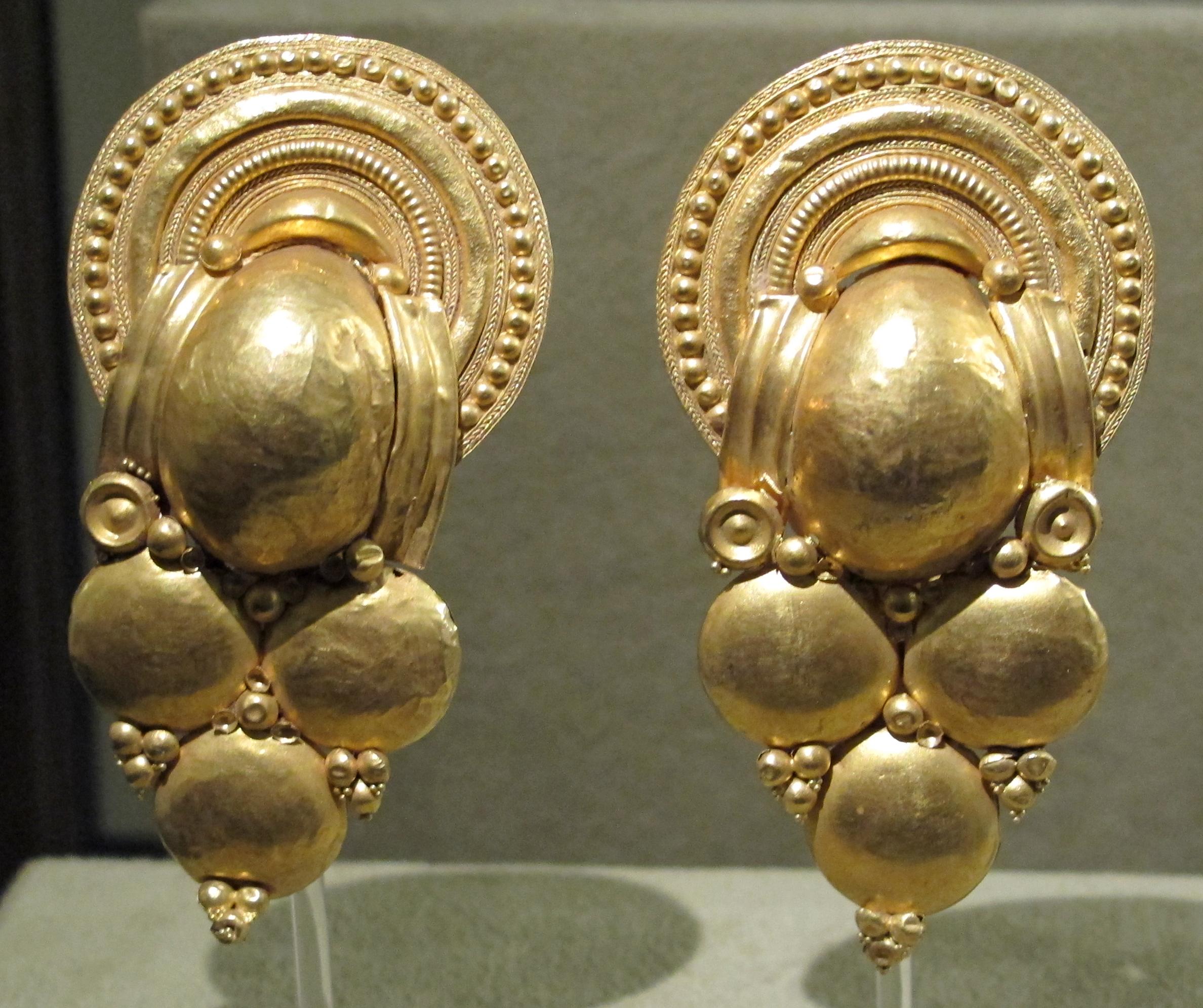 orecchini a grappolo da Vulci 350 a.C.