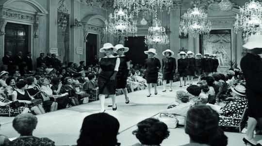 Sfilata di moda nella Sala Bianca, luglio 1952. fonte: Firenzemadeintuscany.com
