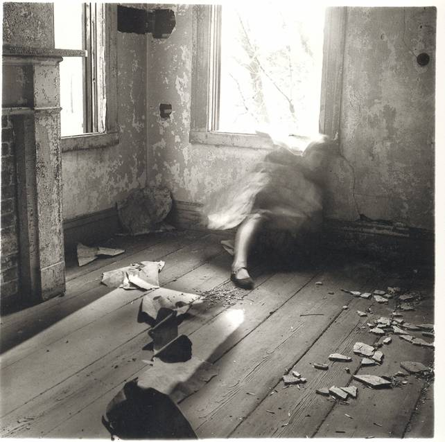 Francesca Woodman, House #3, Providence, Rhode Island, 1976 © Courtesy George and Betty Woodman fonte: nybooks.com