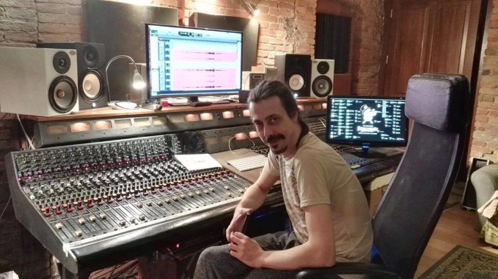 Nicola Baronti presso il suo studio di registrazione La tana del bianconiglio. (foto di Saiara Pedrazzi per g.c.)