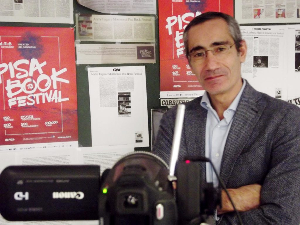 Roberto Paolo durante una videointervista nella sala stampa del Pisa Book Festival (foto: Francesco Feola).
