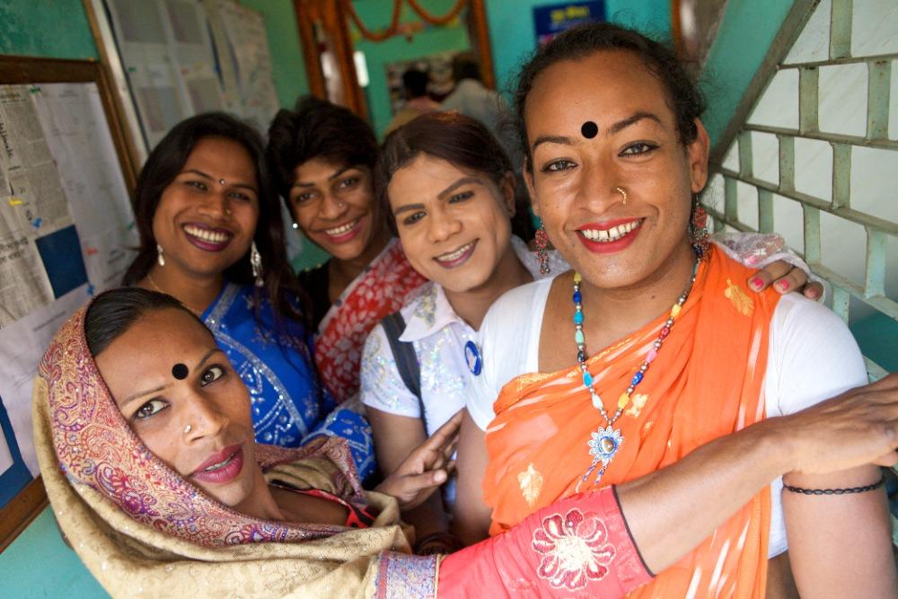 Un gruppo di hijras. Fonte: Wikipedia