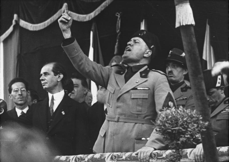 Benito Mussolini in un acceso discorso alla folla.
